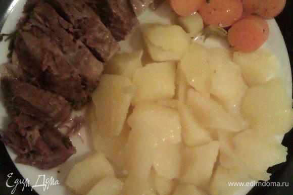 Подаем с картофелем и отварными овощами. Отдельно сервируем соус из хрена и яблочное пюре.