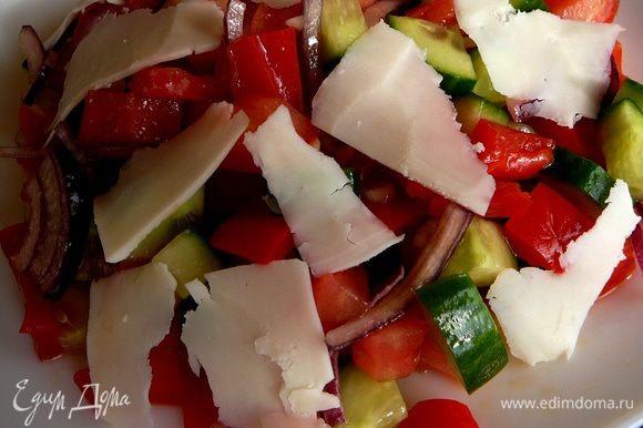Выложить в порционные салатники, посыпать брынзой и подавать.