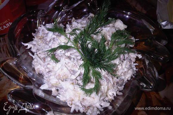 Готовый лук выкладываем горячим в редьку, перемешиваем, добавляем мясо, майонез, соль по вкусу, перемешиваем. Салат готов. Как я уже говорила, очень вкусно получается и без мяса. Приятного аппетита!