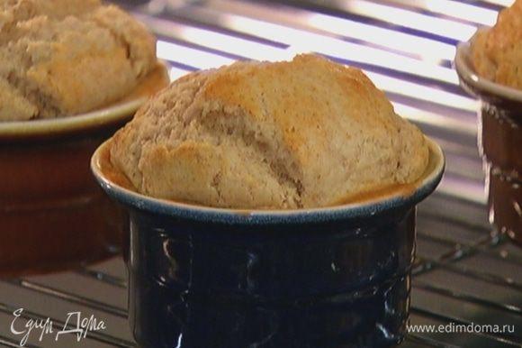 Выпекать булочки в разогретой духовке 20 минут.