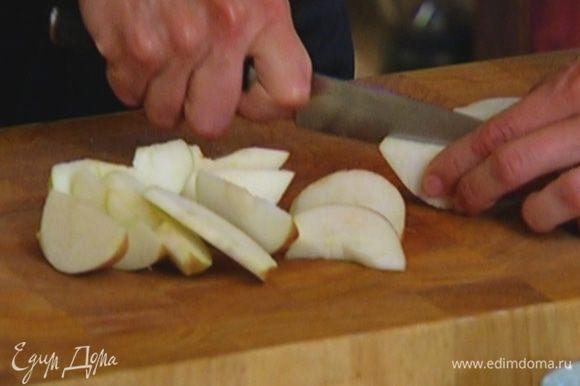 Яблоко, удалив сердцевину, порезать на кусочки.