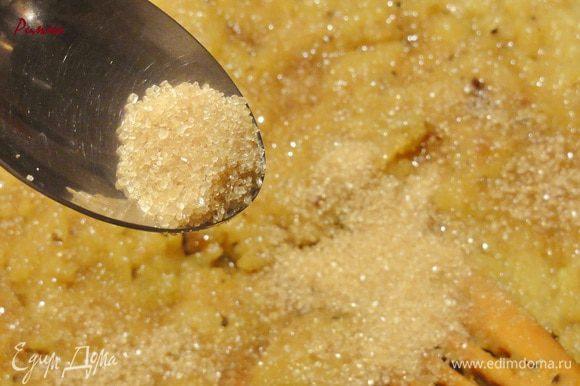 Добавьте сахар и перемешайте. Варите (без крышки) пока соус не загустеет. Выньте корицу и гвоздику. Дайте соусу полностью остыть.