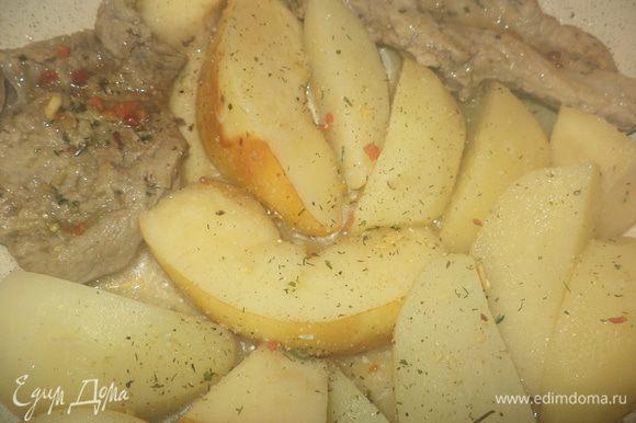 присыпем специями овощи и фрукты, посолим и тушим все содержимое сковородки до полной готовности картофеля, закрыв крышкой
