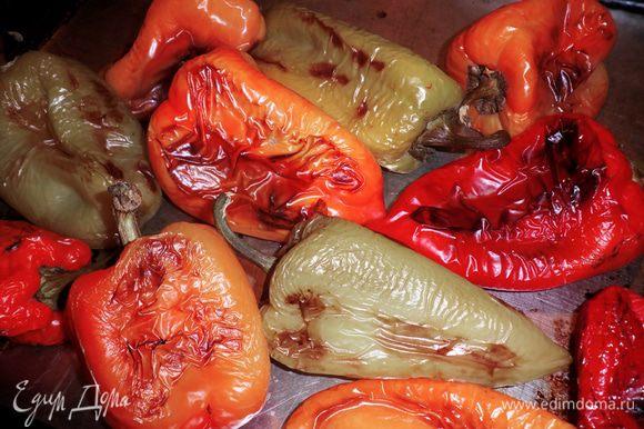 Вынуть перцы из духовки и на 15 мин накрыть пленкой. Теперь шкурка с перцев очищается без проблем.