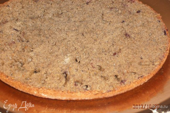 Готовый бисквит разрезать на 3 коржа. При желании можно промокнуть сиропом из воды и варенья. Взбить сметану с сахаром и промазать коржи.