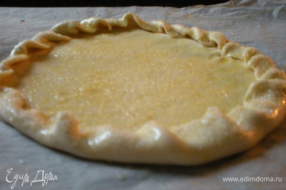 Stendate. Слоеное тесто положить на бумагу для выпечки и закатать края. Взбить яйцо и смазать тесто, затем посыпать сахаром. Готовить в духовке при температуре 200* - 15 минут, а затем при t 120* - 10 минут. Вынуть из духовки и дать остыть.