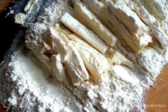 Для доски хватит два стакана муки! Начинаем широким ножом рубить холодное масло - обе пачки+соль.