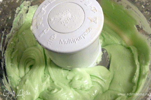 Для среднего слоя с помощью миксера/блендера соединить размягченное сливочное масло, мятный экстракт, сливки или молоко, немного растереть. Присоединить сахарную пудру (в несколько этапов), очень хорошо размешать. В завершении добавить краситель и еще раз хорошо размешать (яркость - по вкусу). Возможно потребуется не все количество, крем должен получится густым, по текстуре примерно как арахисовое масло или мягкая помадка. Растекаться не должен, но и с трудом распределяться тоже - что-то среднее.