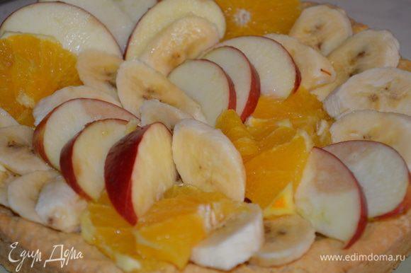 Теперь моем и режим фрукты и укладываем их на корж, как хотим...стараемся красиво), я их тоже ОБЯЗАТЕЛЬНО сбрызнула лимонным соком - а то они потемнеют!