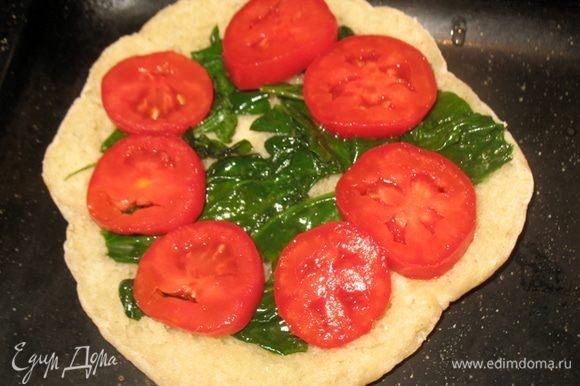 На разогретую питу выкладываем шпинат, на шпинат кружочки помидора.