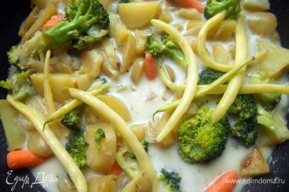 Влить кокосовое молоко. Затем постепенно добавлять остальные овощи, в зависимости от быстроты их приготовления. Первыми у меня пошли морковь и цветная капуста, затем бобы.