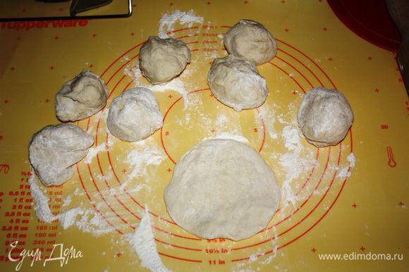 Делим тесто на 8 частей и раскатываем небольшие лепешки.