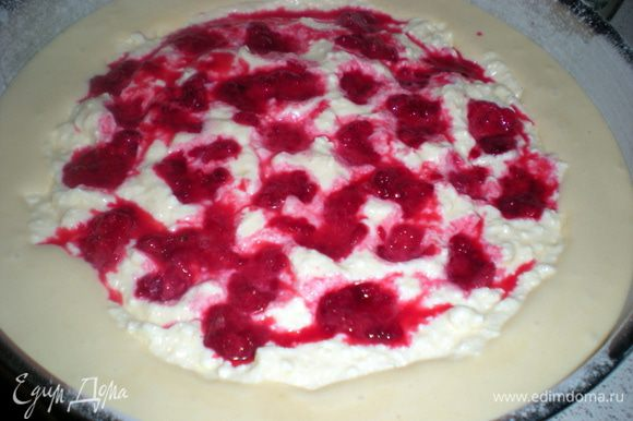 В начинку по желанию можно добавить любые ягоды. У меня замороженная малина. Я её разморозила и немного присыпала крахмалом. Выложила на творог немного вдавливая.