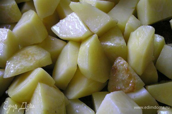 Картофель очистить, нарезать кусочками, обжарить на растительном масле до полуготовности. Выложить в горшочек, посолить. Добавить немного воды или бульона.