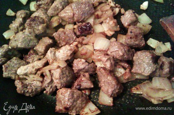 Перекладываем мясо с луком и чесноком из маринада на разогретую сковородку, отжимая маринад. Сначала на сковороде появится сок, когда он выкипит, подливаем немного подсолнечного масла. Обжариваем 10 мин. на сильном огне. Разогреваем духовку до 200 гр.