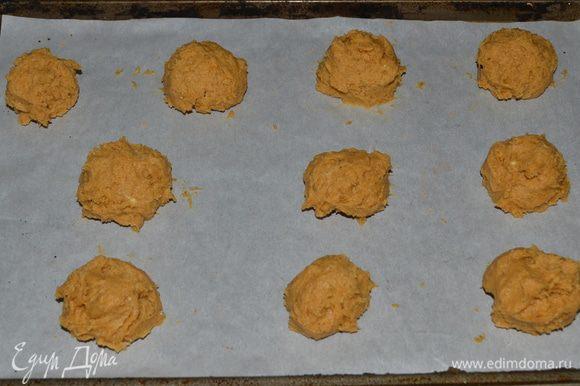 Смешать все с мукой хорошенько. И ложкой выкладывать небольшие комочки на приготовленные противни. Поставить в духовку на 15-18 мин. Готовым печенькам дать остыть. И украсить глазурью.