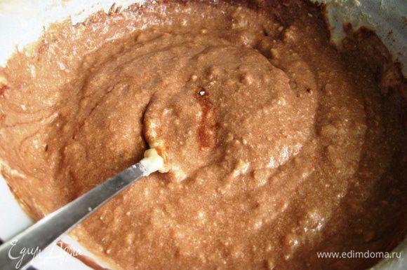 Для другой смешиваем оставшееся молоко с какао и вводим в тесто.