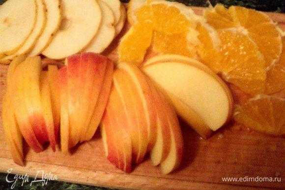 Яблоки разрезать пополам, очистить от семян и нарезать пластинками. Также нарезать грушу и апельсин (предварительно очистив от кожицы).