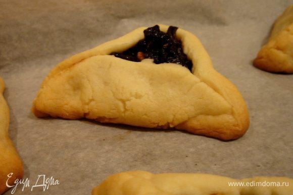 Выпекать печенье при 180*С около 10 - 15 минут (или до тех пор, как зарумянятся кончики и дно печенья, а оно само останется светлым). Выход-30-35 штук. Готовое печенье присыпать сахарной пудрой. Приятного аппетита!