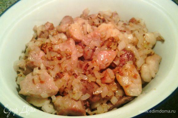 Теперь на дно нашей посуды выкладываем мясо с луком, чуть присаливаем и можно слегка приперчить.