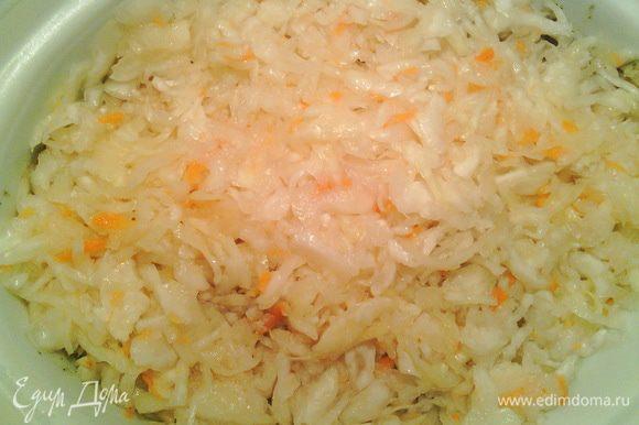 На мясо выкладываем слой квашеной капусты (если вы очень любите квашеную капусту, смело увеличивайте её количество).