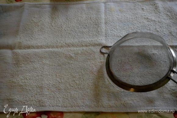 Разогреть духовку до 190 гр. Противень смазать, выстелить бумагу для выпечки. Смазать бумагу и припылить мукой. Полотенце кухонное тонкое припылить сахарной пудрой, оставить. Делается это для того, чтобы рулет не пристал к полотенцу.
