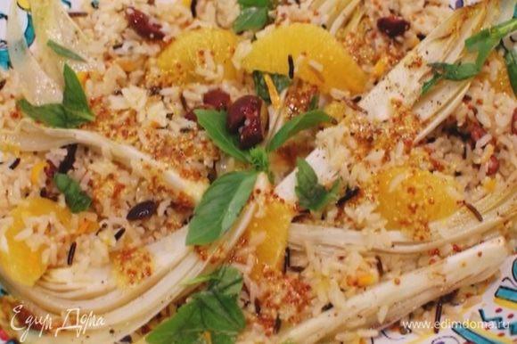 Листья базилика измельчить руками и посыпать салат.