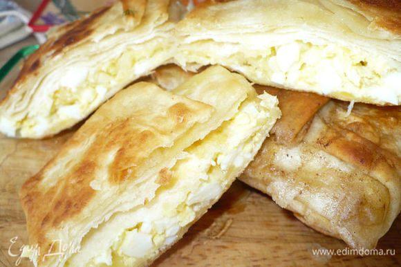 Отварное яйцо и тертый сыр..завернули в половинки тонкого лаваша и обжарили на сливочном масле.. Вкусно и нежно. Особенно со сметанкой и зеленью...