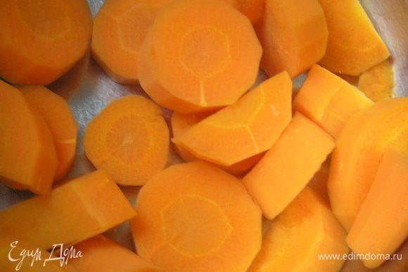 Подготовить овощи. Морковь очистить, нарезать кружочками 0,5 см, отварить в подсоленой воде 10 минут. Затем опустить в миску с холодной водой, чтобы остановить процесс варки. Картофель очистить, отварить в подсоленой воде 20 минут. Когда картофель остынет, нарезать его кружочками толщиной 1 см.