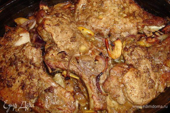 Готовое мясо помещаем сверху луково-яблочной подложки и подрумяним в том же режиме при t 190-180 гр.
