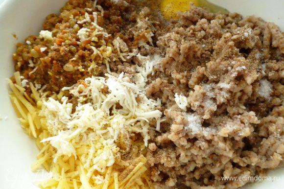 Пропустить через мясорубку обжаренную печень ,лук с морковью, вареную гречку. Вареное яйцо натереть на мелкой терке (стружкой), сыр натереть на крупной терке, добавить сырое яйцо, соль, перец и хорошо все перемешать до однородности.