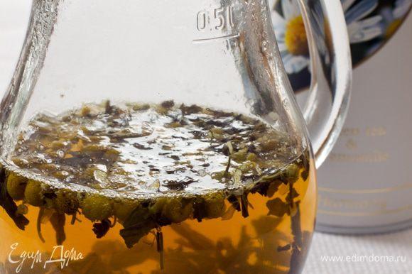 Засыпать в кувшин 3 ч. л. зеленого ромашкового чая и залить его 300 мл кипятка. Через 5 минут настой процедить и охладить