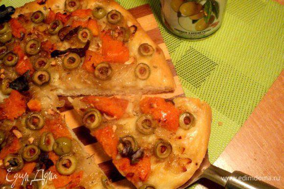 Готовую лепешку посыпать мелко порезанным базиликов и можно подавать! Приятного аппетита!