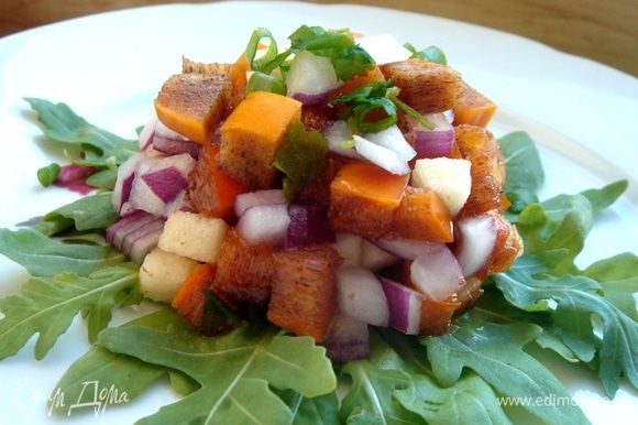 В салатнике смешать фрукты,лук и зелень и сдобрить салат заправкой. Приятного аппетита!