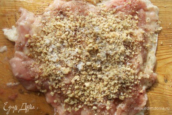 Посолить поперчить курицу и посыпать предварительно измельченными орехами (можно в блендере или в ступе).