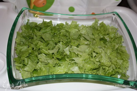 Салат нарежем или нарвем на небольшие кусочки и выкладываем в плоский салатник или на большую тарелку.