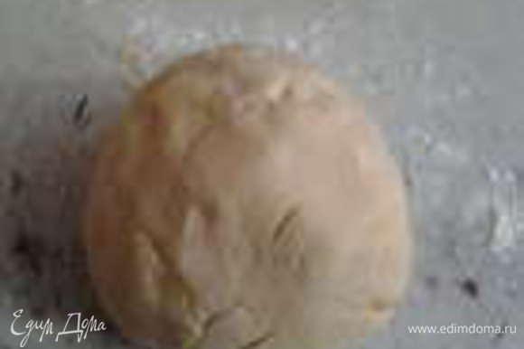 Добавьте муку с разрыхлителем и замесите тесто.