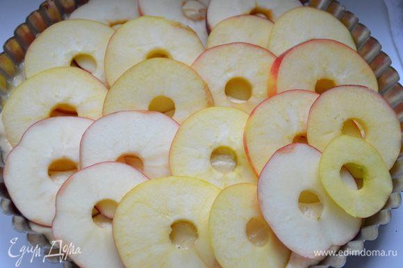 Удалить из яблок сердцевину (я удаляла при помощи металлический насадок для кондитерского мешка,широкой стороной просто вырезала надавливая на яблоко сердцевину). Если вам удобнее сначала достать сердцевину,а затем нарезать яблоки,то можно поступить и так.