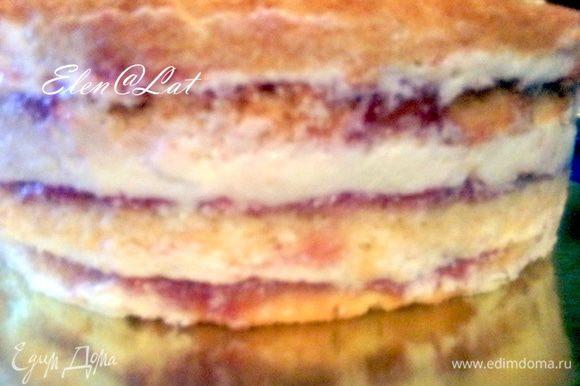Теперь собираем торт. Для этого в форму кладем корж покрытый муссом, на него выкладывает 1/3 часть суфле, затем повторить, опять корж с муссом, суфле, корж, суфле и снова корж, который без мусса. Торт отправить в холодильник, охлаждаться на 3-4 часа.
