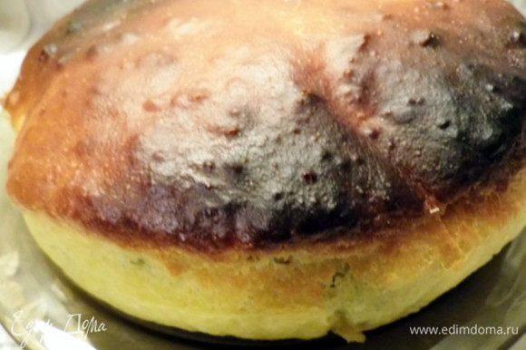 Поставить в духовку пирог и выпекать при температуре 180* 25-30 минут. Если пирог начнет сверху подгорать, то накрыть его фольгой. Готовность пирога проверить деревянной шпажкой - она должно быть сухой. Достать сковороду с Пирогом из духовки, верхушку обильно помазать сливочным маслом, накрыть салфеткой и оставить на 10 минут.