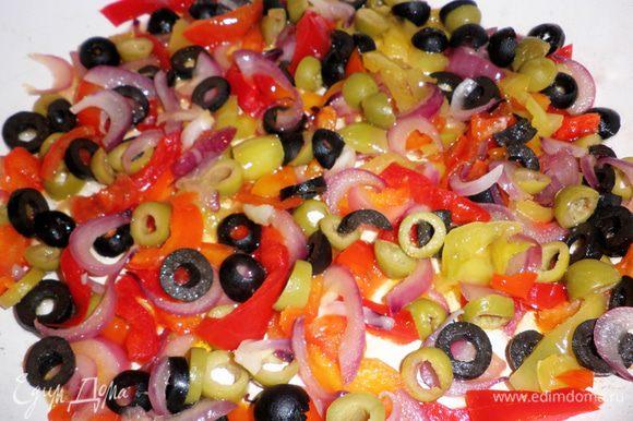 Разогреть в сковороде 2 ст л растительного масла. Слегка обжарить лук. Затем, добавить перец, оливки и маслины и протушить 2 мин.