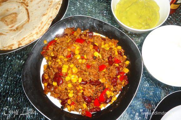 Подаем к столу с остальными ингредиентами праздника))) На 7 человек я готовила двойную порцию (на 2 сковородках), даже немного осталось.