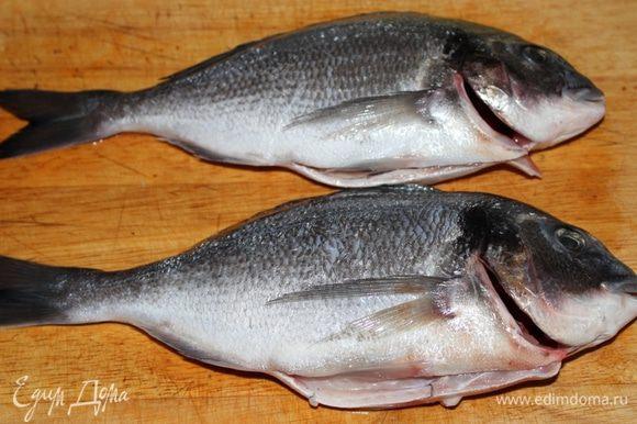 Рыбу почистить и выпотрошить.