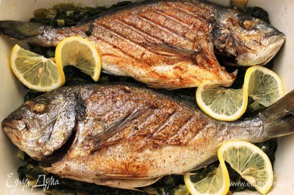В форму для выпечки выложить шпинат и шампиньоны, сверху положить обжаренную рыбу. Посыпать сухим тархуном.
