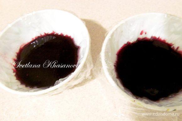 Формочки небольшого диаметра выстелить пленкой. Вылить в них ягодную смесь и остудить. Поставить в холодильник минимум на час до получения желе.