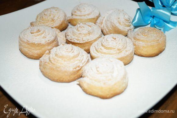 Поставить булочки выпекаться в духовку разогретую до 200 градусов на 20 минут. Готовым булочкам дать немного остыть и посыпать сахарной пудрой. Приятного кофе или чаепития!!!