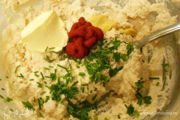 Белое мясо измельчить в кухонном комбайне или через мясорубку. В полученный фарш добавить все остальные ингредиенты и тщательно взбить до кремообразной консистенции.