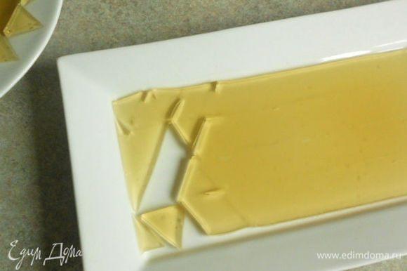 Если остался лишний бульон, его вылить в плоскую тарелку и дать застыть на холоде,