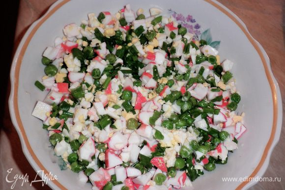 Перемешать в миске крабовые палочки, яйца, лук, горошек.