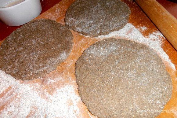 Кто любит порционную выпечку-предлагаю вариант тарталеток!Раскатываем три маленьких круга из оставшегося теста.
